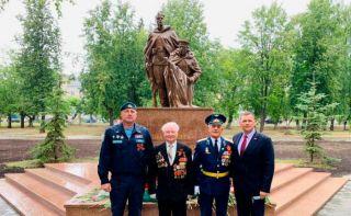 Памятник рабочим каменских заводов, ушедшим на фронты Великой Отечественной войны