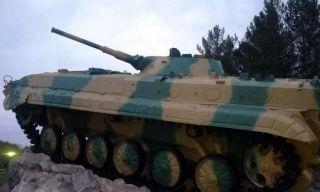 Ветераны Каменска-Уральского нанесли камуфляжную окраску на БМП Мемориала Погибшим Защитникам Родины